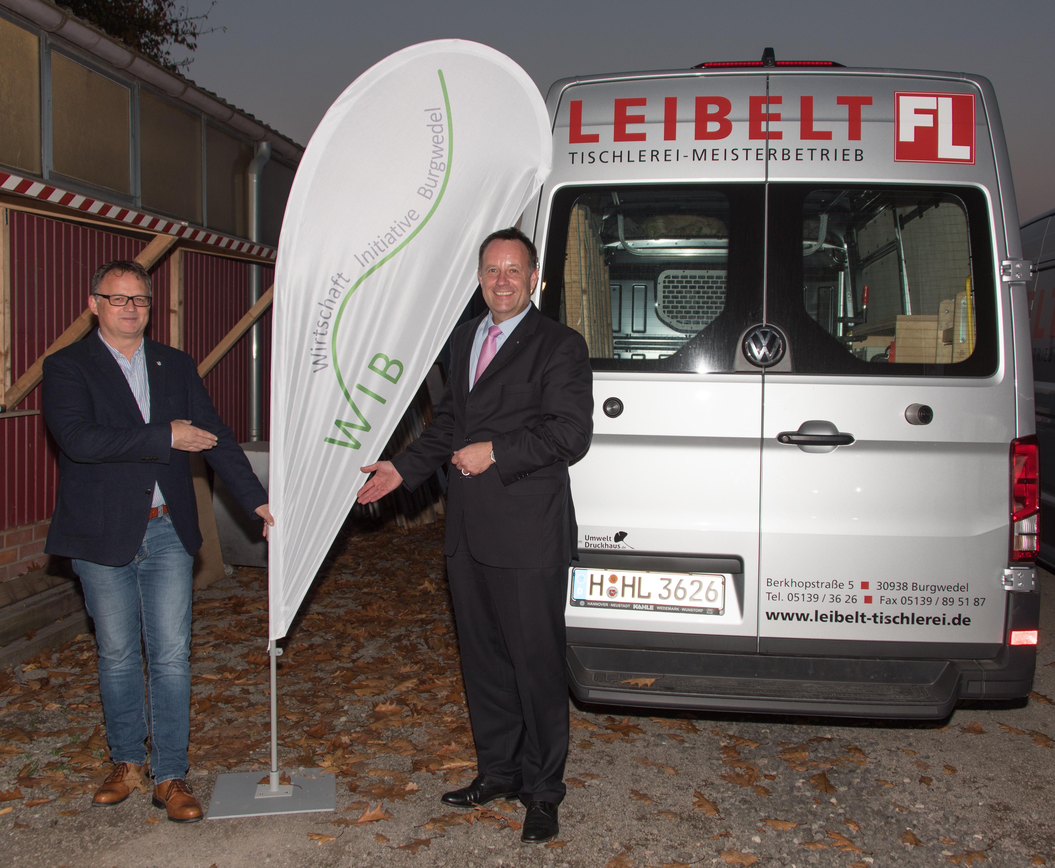 Frank Leibelt überreicht Dirk Breuckmann den WIB Beachflag