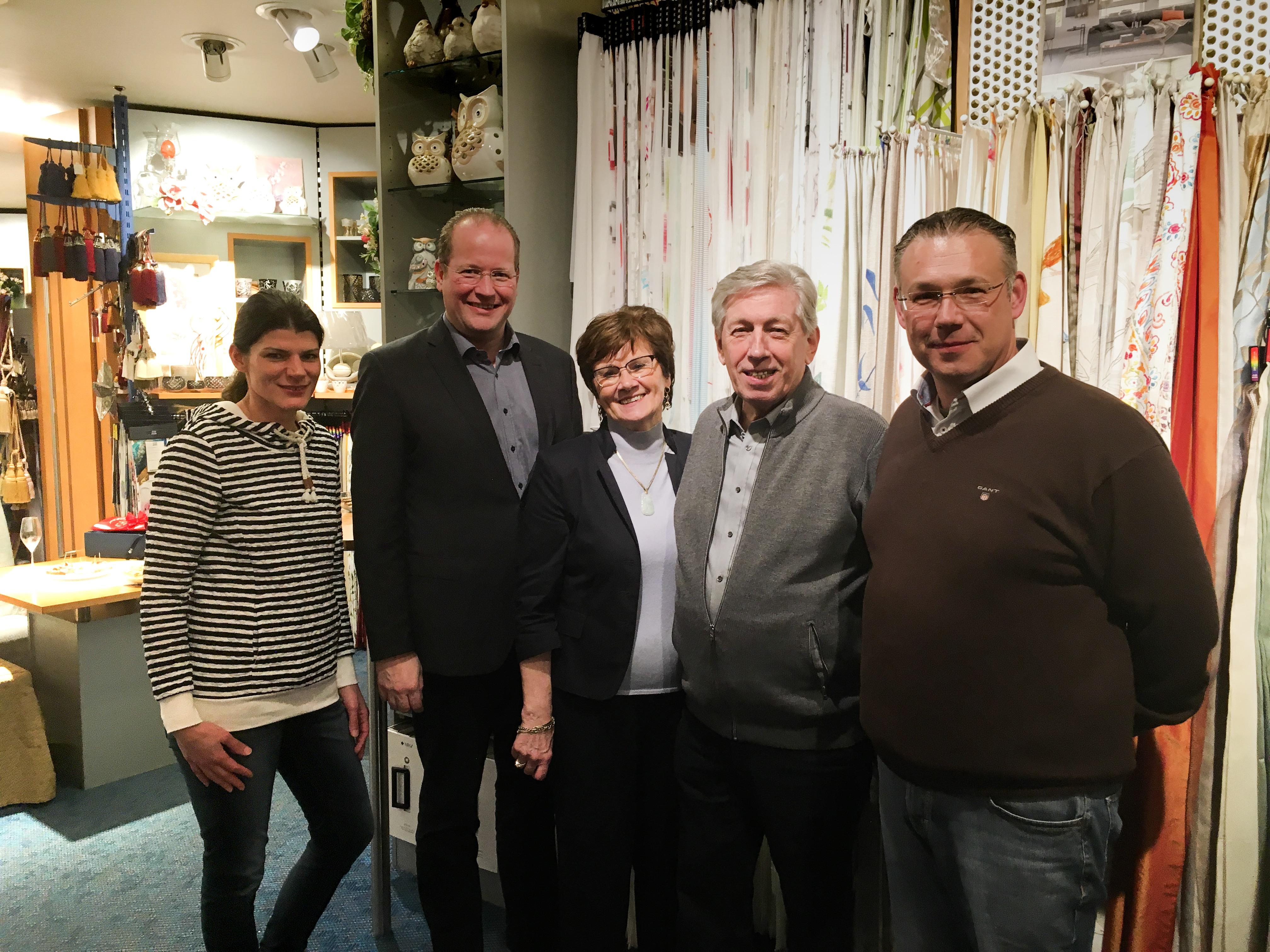 Auf dem Foto von rechts: Inhaber Oliver Preuß, Vater Günter Preuß, Seniorchefin Brunhilde Preuß, WIB-Vize Marc Sinner, Verena Baldauf, langjährige Mitarbeiterin des Familienunternehmens